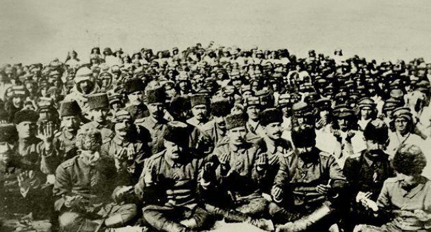 Kurtuluş Savaşında askerler namaz sonrası dua ederken
